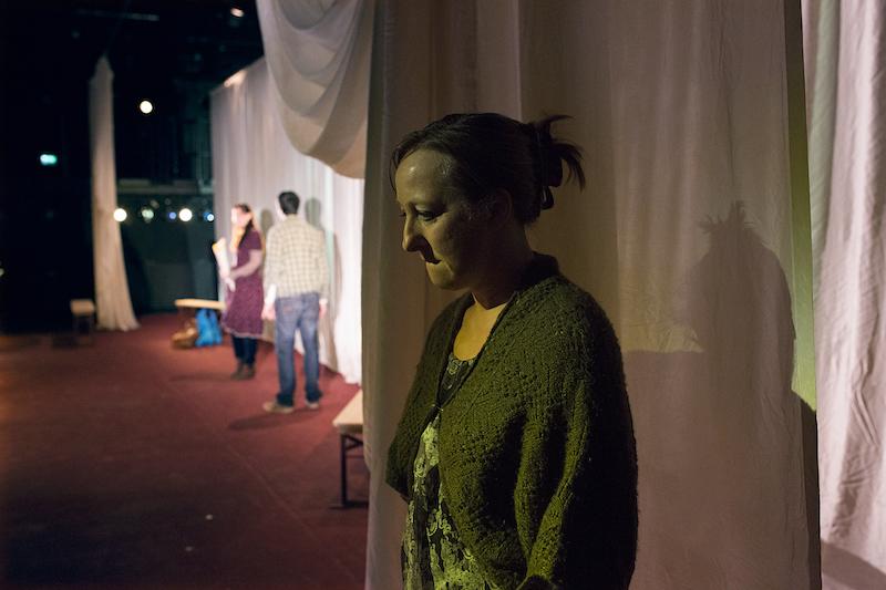 Moren til Agnes (Ågot Sendstad) vil så gjerne nå inn til sine gravide datter, men lykkes dårlig.