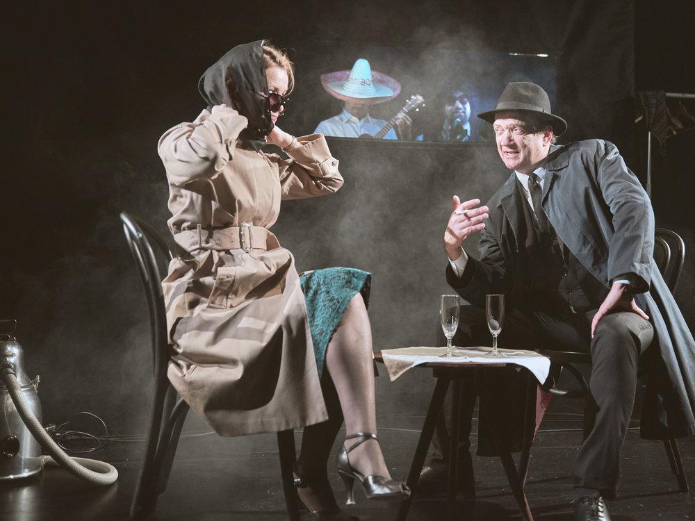 Pianisten Astrid Høyer (Karoline Krüger) i samtale med spionen Ronald Olsen (Gard Bjørnstjerne Eidsvold).