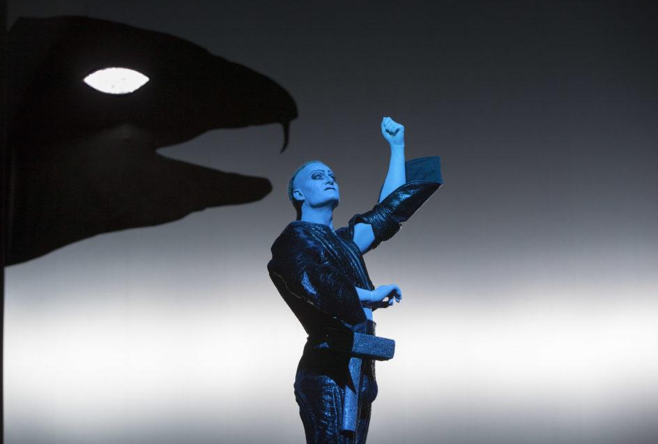 Macho-mannen Tor med hammeren (Frode Winther) forsøker i overmot å fiske Midgardsormen.