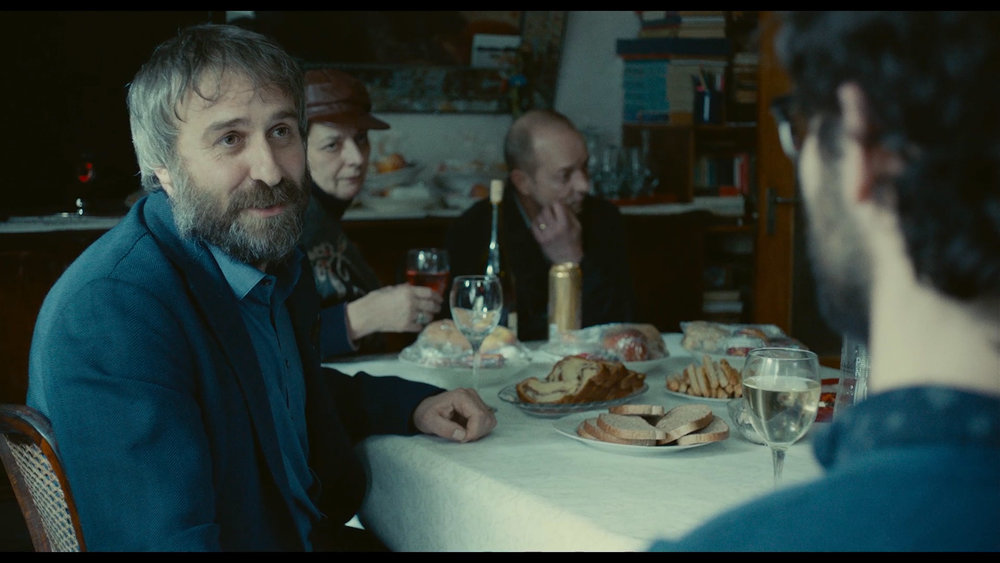 Legen Lary (Mimi Branescu), til venstre, må sammen med øvrige gjester utvise stor tålmodighet i faren minnestund.