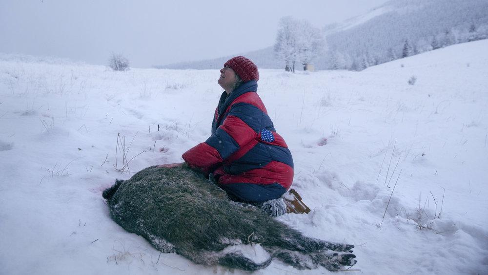 Fru Duszejko (Agnieszka Mandat-Grabka) sørger over hjorten som de brutale jegerne i Klodzko-dalen har felt.
