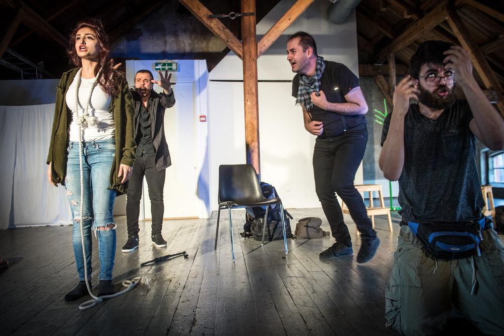 """Med stor energi og ironisk snert spilte fire syriske flyktninger i teatergruppa Venterommet på Tou Scene loft sist helg, stadig iflettet replikken: """"Mens vi venter på å få tillatelse til å spille Godot"""". (Foto: Jarle Aasland, Aftenbladet)"""