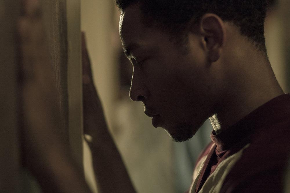 Unge Fred (Jacob Latimore) havner ved en tilfeldighet i Algiers motel da politiet raider bygningen på leting etter en snikskytter.
