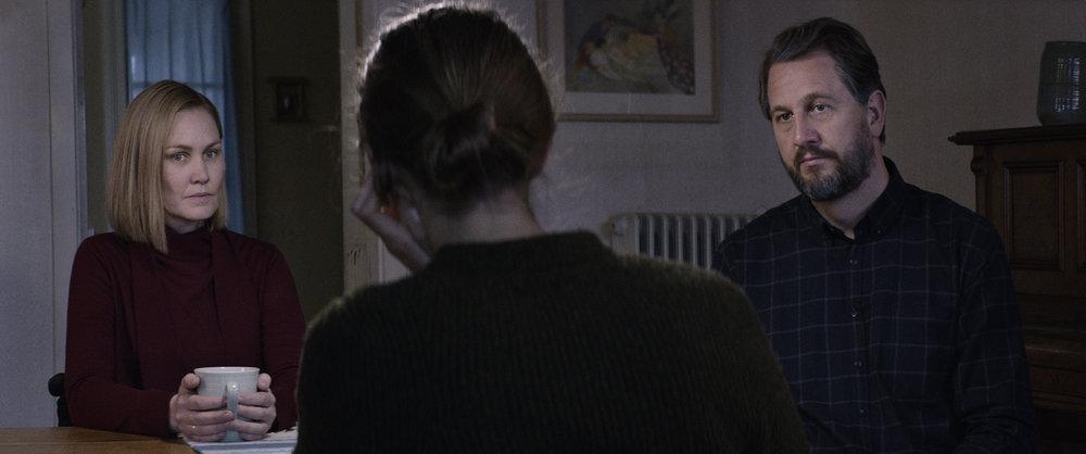 Mor (Ellen Dorrit Petersen) og far (Henrik Rafaelsen) er svært kontrollerende overfor datteren Thelma.