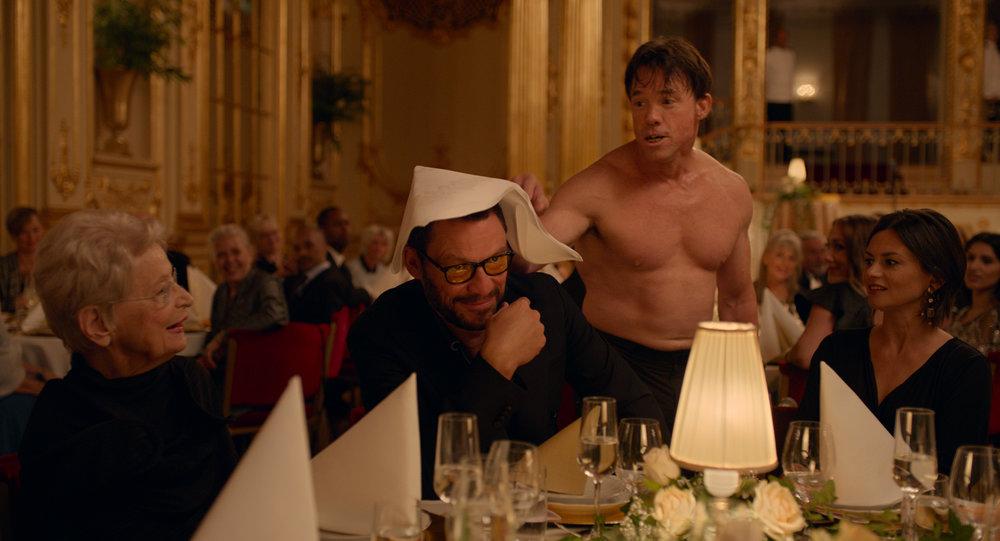 Kunstneren Julian (Dominic West) får snart nok av performancen der apemannen (Terry Notary) herjer under kunstmuseets middag for sponsorer og VIP-gjester.