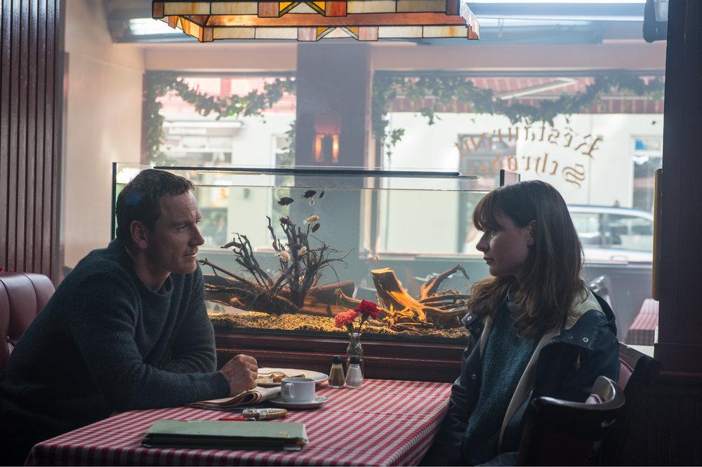 Etterforsker Harry Hole (Michael Fassbender) og kollega Katrine Bratt (Rebecca Ferguson).