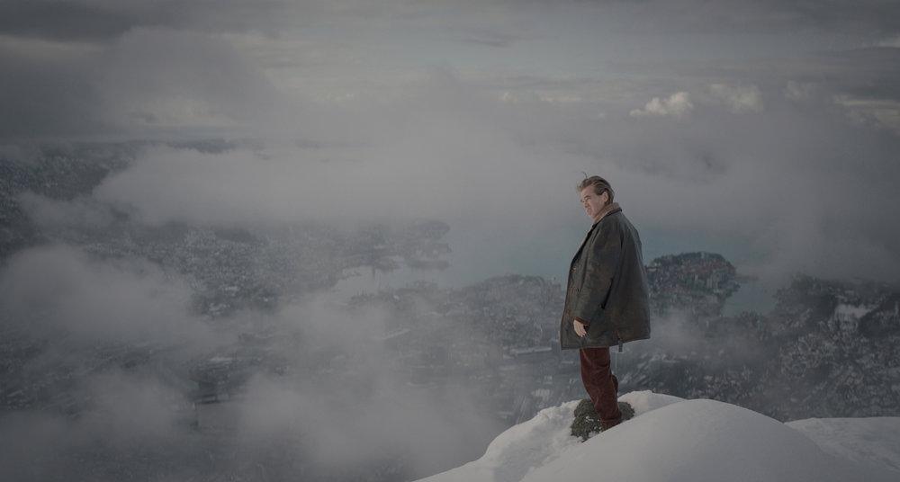 Politimannen Rafto (Val Kilmer) med utsyn fra Ulriken i Bergen. Det han får se, er ikke bare vakkert.