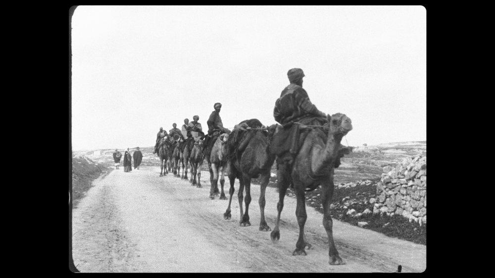 Lumières fotografer dro til fjerne land, her i Midtøsten for å filme en karavane.