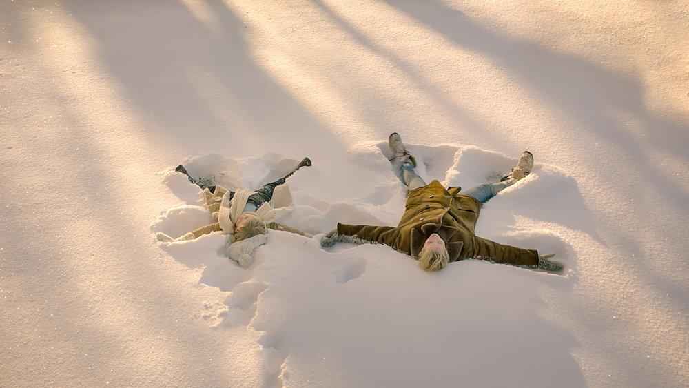 Den gravide Cathrine (Synnøve Macody Lund) blir kjent med ei nabojente (Ebba Steenstrup Såheim) da hun besøker barndomshjemmet på landet. Men skjønt de lager engler i snøen, dominerer heksene i grøsseren  Hjemsøkt .