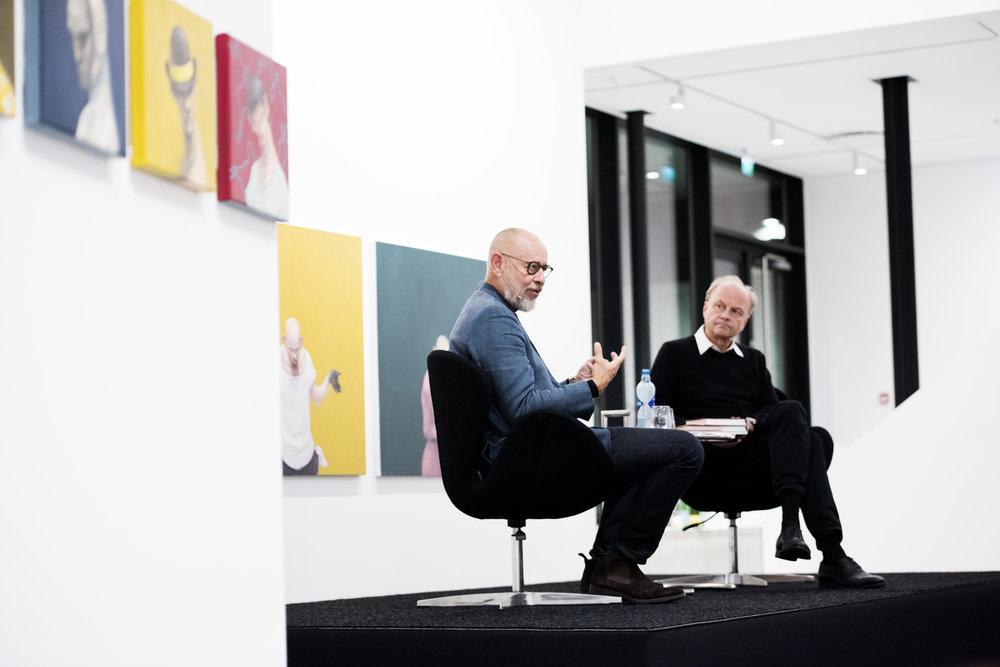 Schizofrenidagene i Stavanger fikk høre Michael Kvium bli intervjuet av psykiater Finn Skårderud, til høyre.