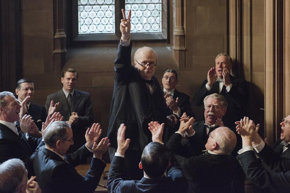 Winston Churchill (Gary Oldman) insisterte på å gjøre V-tegnet for seier selv om Hitler erobret land etter land på kontinentet i mai 1940.