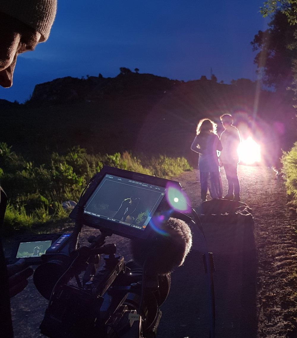 Fra dramatisering til Birgitte Tengs-serien. Fotograf Magnus Wathne sjekker opptak med skuespillere.Foto:   Motiejus Kurmis.