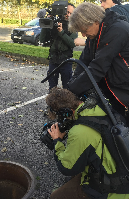 Filmteamet ved kummen utenfor Bore kirke der liket av Tina Jørgensen ble funnet gjemt.Fra venstre bak:Kameraoperatør Håvard Finnesand, produsent og regissør Bjørn Eivind Aarskog, fotograf Nils Petter Devold Midtun.