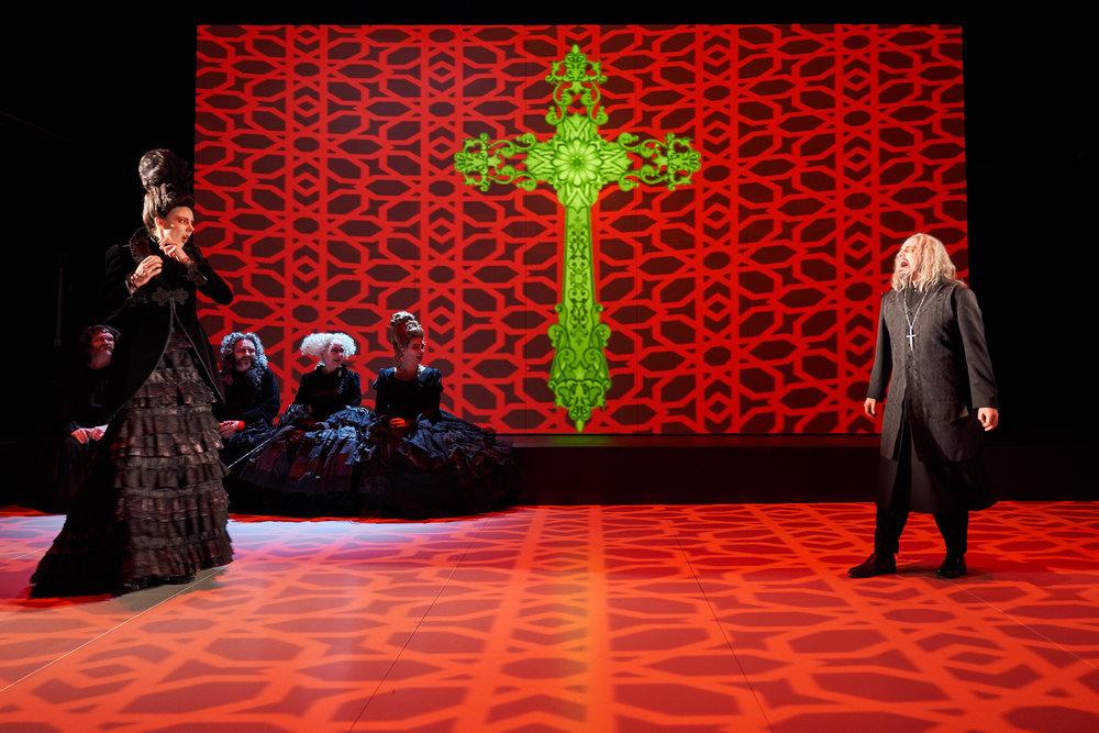 Elmire (Ragnhild Tysse) i konfrontasjon med Tartuffe (Anders Dale).