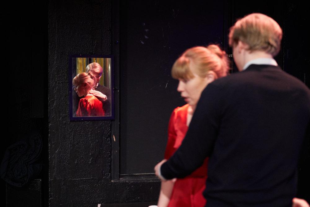Emilie Hetland og Magnus Rostad tolker kvinnen og mannen i stykket «Nære relasjoner», skrevet av Hetland.