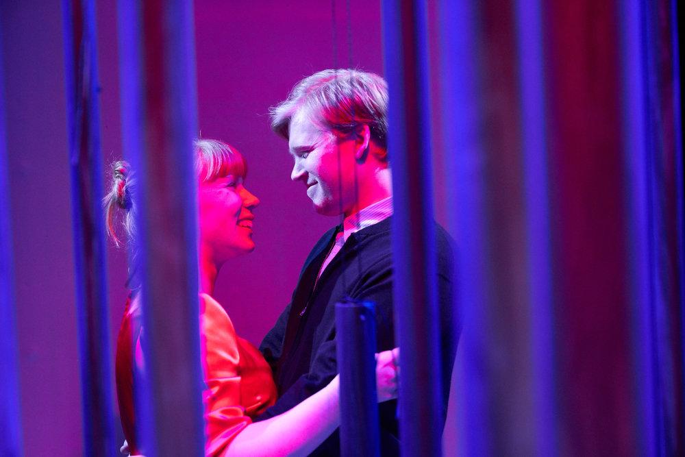 Regissør Øystein Martinsen benytter antydningens kunst i framstillingen av gode og vonde stunder.
