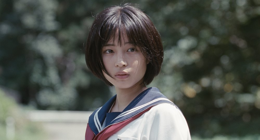 Skuespiller Suzu Hirose spiller drapsofferets datter, men sees her i en scene i Hirokazu Kore-edas film  Søstre.