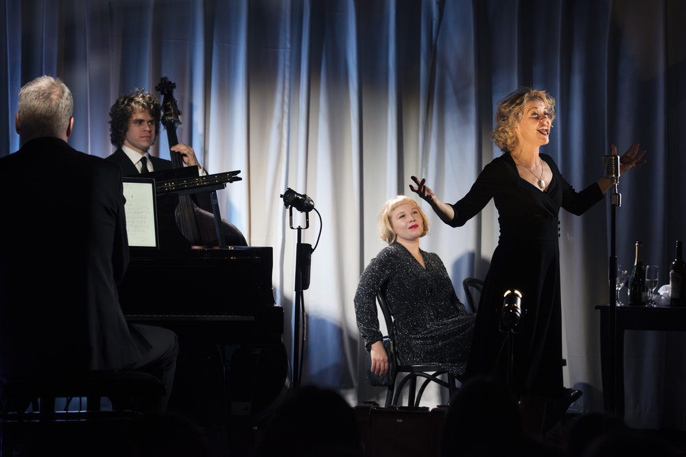 Britt-Synnøve Johansen som den franske sangerinnen Edith Piaf og Eva Bjerga Haugen som henne tyske venninne Marlene Dietrich.