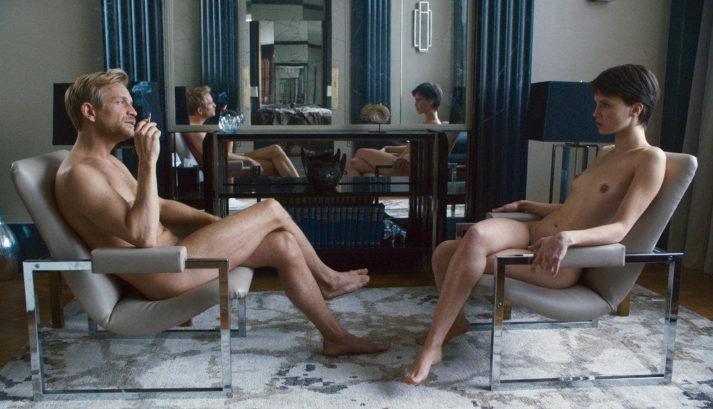 Et villsvinhode på hyllen foran speilet. Elskeren Louis (Jeremie Renier) omgir seg med en brutal estetikk.