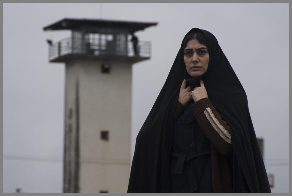 Rezas kone Hadis (Soudabeh Beizaee) blir tvunget av myndighetene til å utvise en elev fordi jentas familie har feil religion.