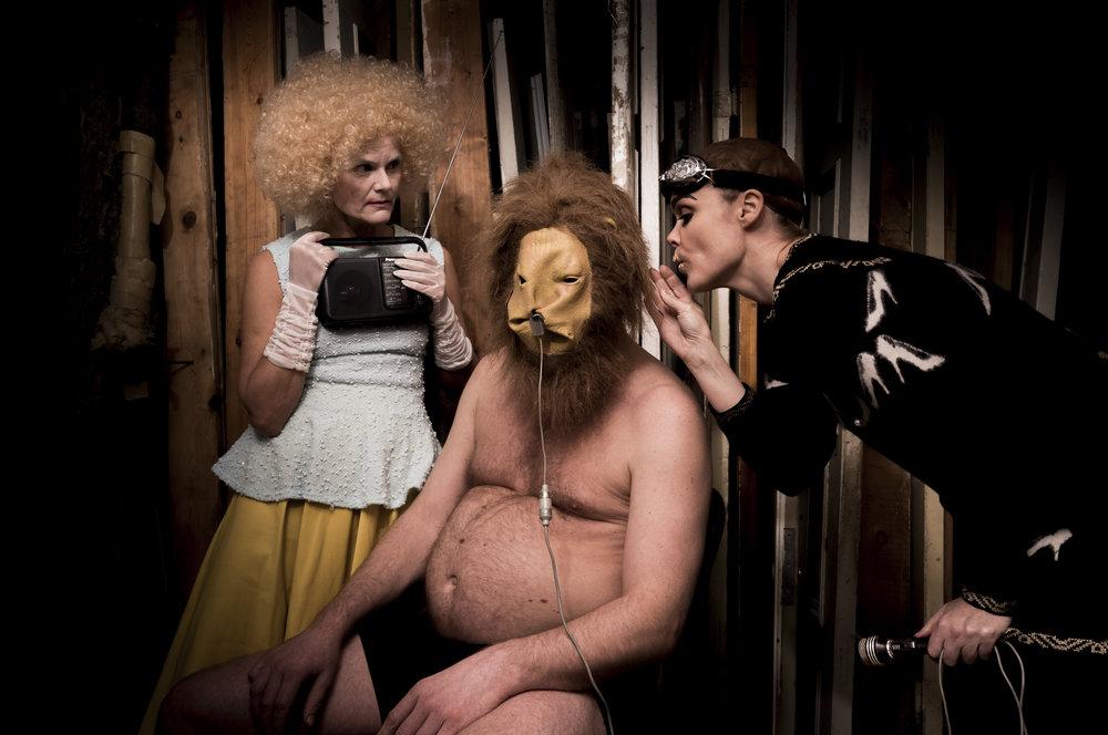 Finnes det en ny vei for dysfunksjonelle Bob? Fiolinist Bergmund Waal Skaslien med løvemaske, omgitt av danser Line Tørmoen til venstre og sanger Anja Garbarek.