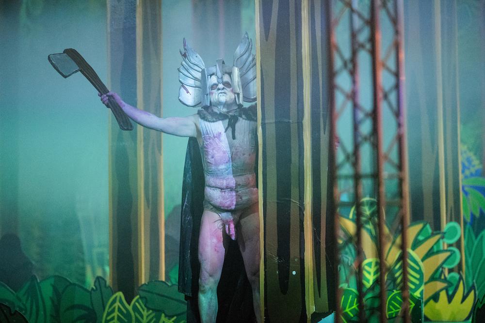 Stykkets farsfigur går rundt i Wagner-kostyme med pålimt kjønnsorgan og hogger ned kulissene.