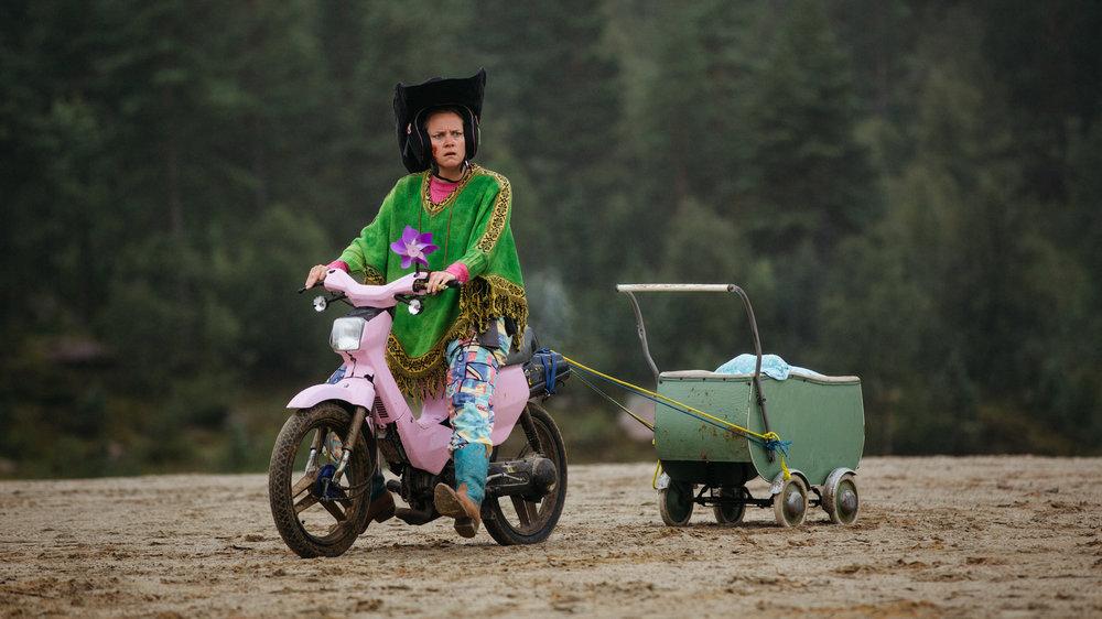 Nina Ellen Ødegård som småbarnsmor i campinglandsbyen.
