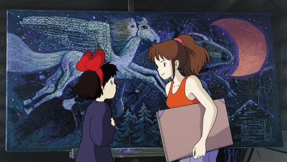 En venninne viser Kiki et maleri hun holder på med. Før kopierte hun andre kunstnere, nå har hun lært å satse på sitt eget uttrykk.
