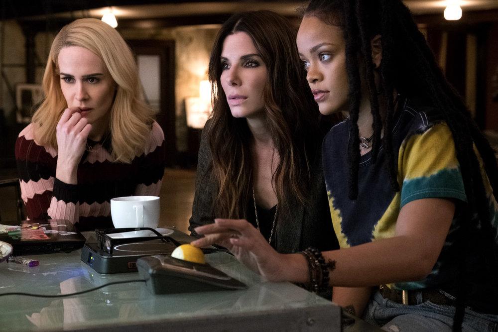 Sandra Bullock, i midten, har fått med seg Sarah Paulson og Rihanna (til høyre) på 8-damerslaget som skal stjele diamanter.