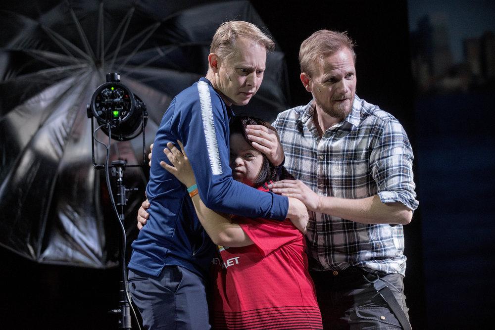 Fotograf Hjalmar Ekdal (Jonatan Filip) før han får vite at Hedvig (Anne Sofie Kvalvik) ikke er hans biologiske datter. Det skyldes vennen Gregers Werles (Frode Bjorøy) trang til å avsløre vonde sannheter. (Foto: Odd Mehus, Den Nationale Scene)