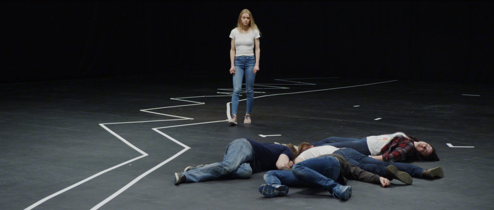 I et nakent filmstudio gjenskaper et knippe ungdommer hendelser fra terroraksjonen 22. juli 2011 slik fire av de overlevende husker dem.