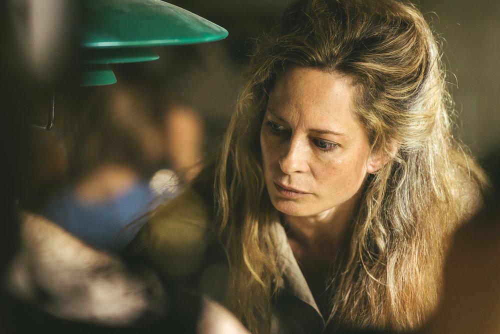 Astrid (Maria Bonnevie) er en kunstner som har brent sine vinger og er ute av stand til å ta seg av barna sine.