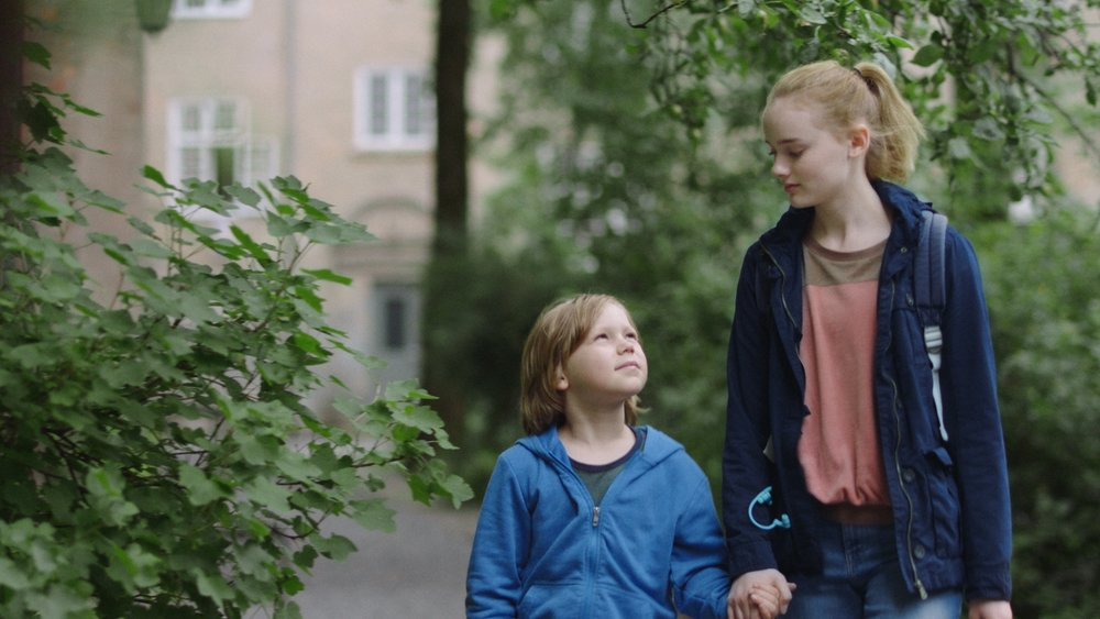 Snart 14 år gamle Jill må ta vare på lillebror Bo fordi foreldrene deres ikke klarer det.