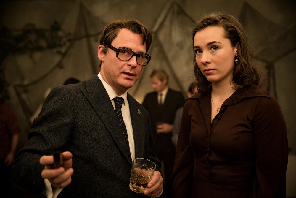 Bondedatteren Anna (Anne Regine Ellingsæter) og høyrepolitiker Arne Rettedal (Vegar Hoel) blir de viktigste heltene i tv-serien Lykkeland. (Foto: NRK)