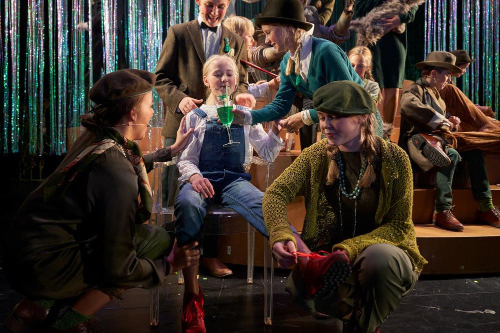 Stor spilleglede da Lag Oz hadde premiere på «Trollmannen fra Oz» i Rogaland teater. Dorothea, i midten, spilles av Othilie Fattnes.