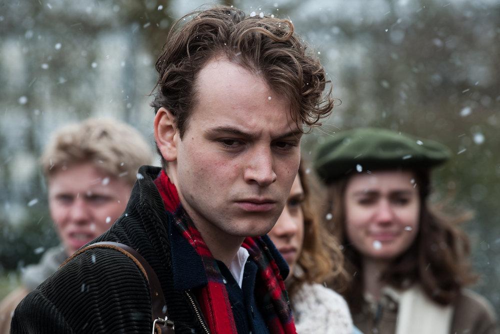 Theo og klassen hans havner i et vanskelig dilemma etter å ha trosset den sosialistiske skoleledelsen.