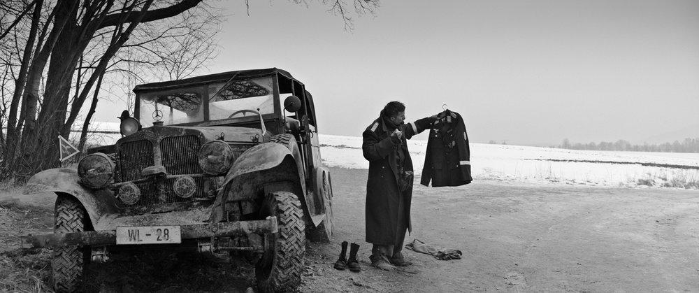 I en forlat bil på en øde landevei finner desertøren en uniform etter en Luftwaffe-kaptein.