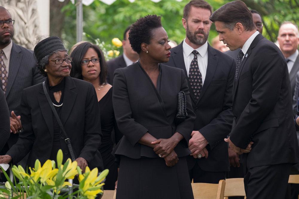 Politiker Jack Mulligan (Colin Farrell) kondolerer læreren Veronica Rawlings (Viola Davis) med tapet av ektemannen Harry som mistet livet under et ran i Chicago.