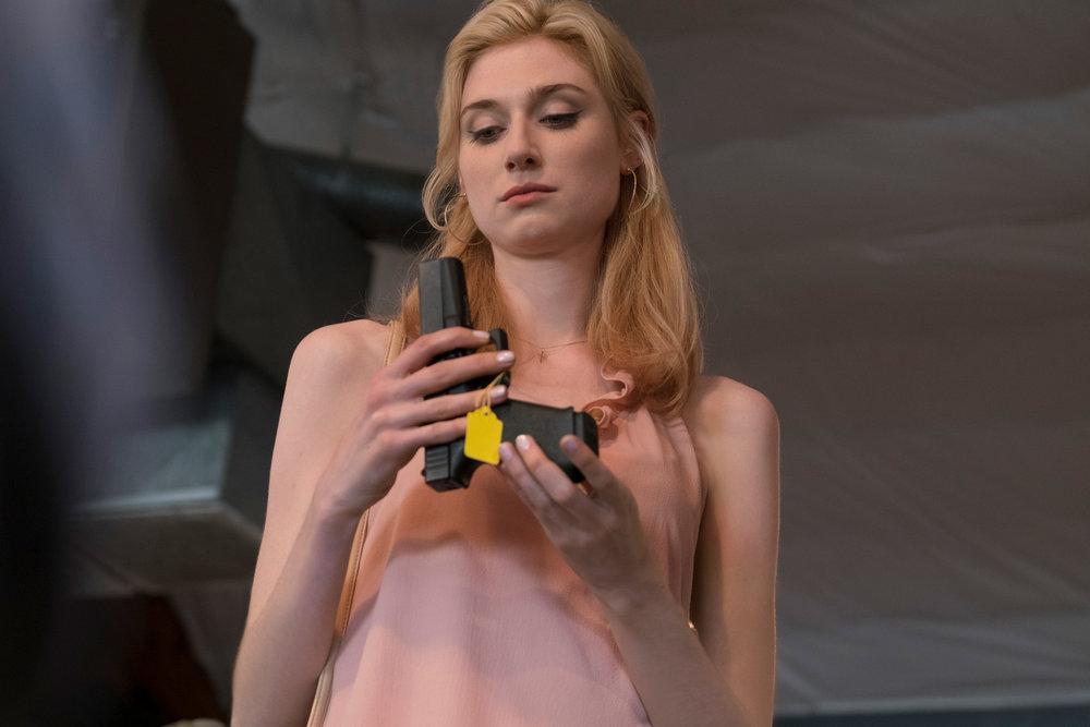 Alice (Elizabeth Debicki) ble mishandlet av sin ektemann, Nå kjøper hun våpen, lærer seg å skyte og planlegger sammen med de andre enkene å rane tilbake stjålne penger.