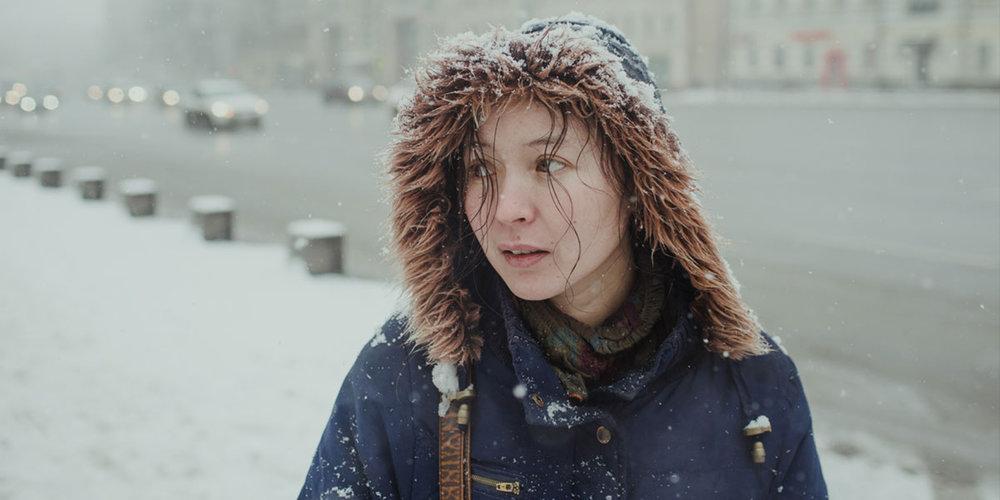 Kirgiseren Ayka (Samal Jeslijamova) løper rundt i Moskvas forblåste vintergater på leting etter arbeid.