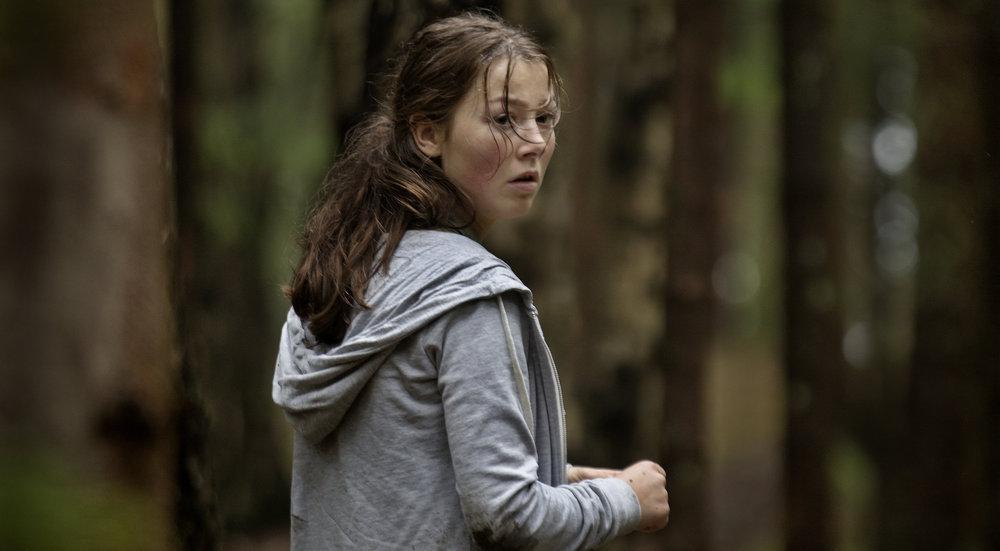 Erik Poppe viser oss forvirringen, fortvilelsen og dødsangsten som Kaja gjennomlever på Utøya, imponerende formidlet av skuespiller Andrea Berntzen.
