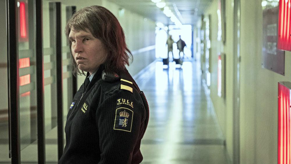 Tollinspektør Tina jobber ved svenskegrensen. Hennes utseende gjør en usikker på hva man ser. Er hun menneske eller troll? Fra filmen Grensen av Ali Abbasi.