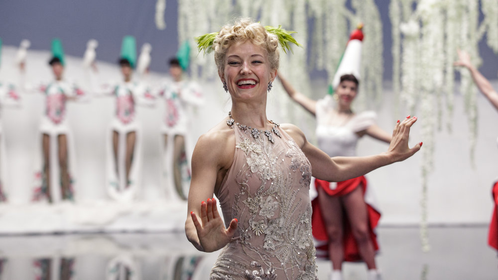 Sonja Henie (Ine Marie Wilmann) elsket å stå i sentrum i store is-show som begeistret et amerikansk publikum.