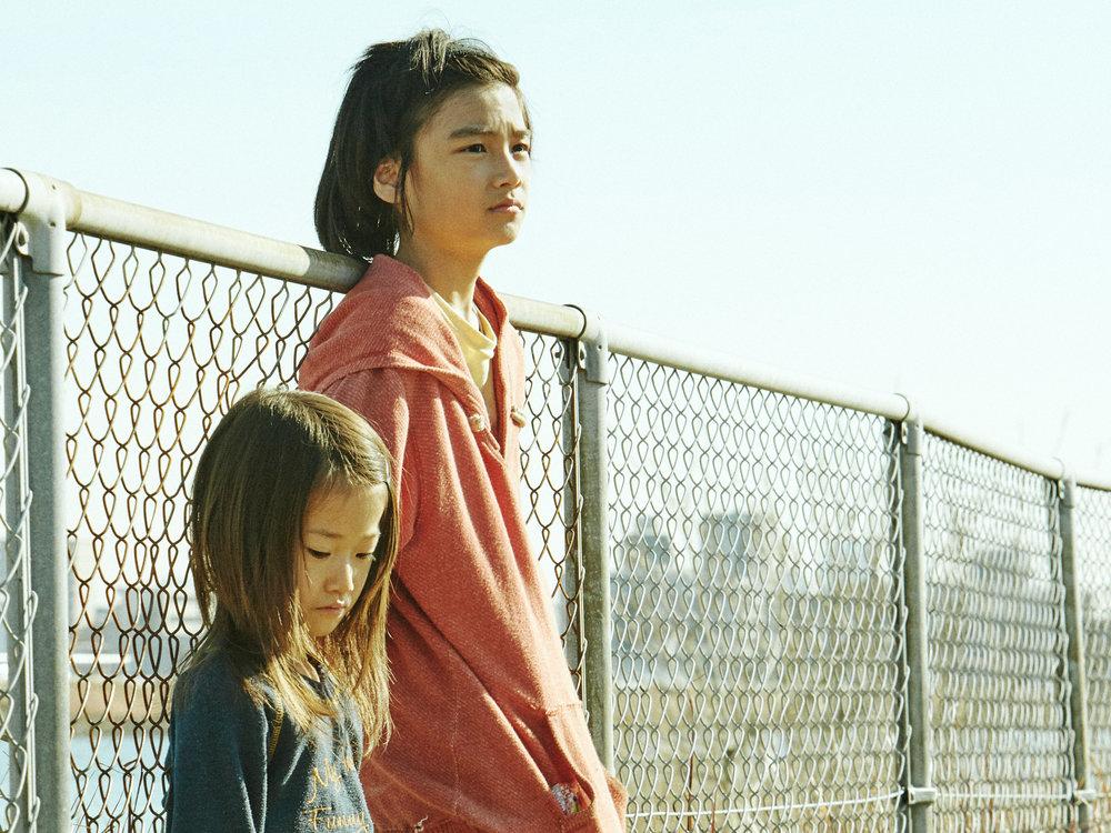 Shota (Jyo Kairi) lærer opp lille Yuri (Miyu Sasaki) til å bli butikktyv som ham selv.