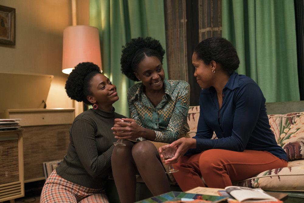Tish  ( KiKi Layne)  omgitt av sin støttende søster (Teyonah Parris) og  mor (Regina King), til høyre.