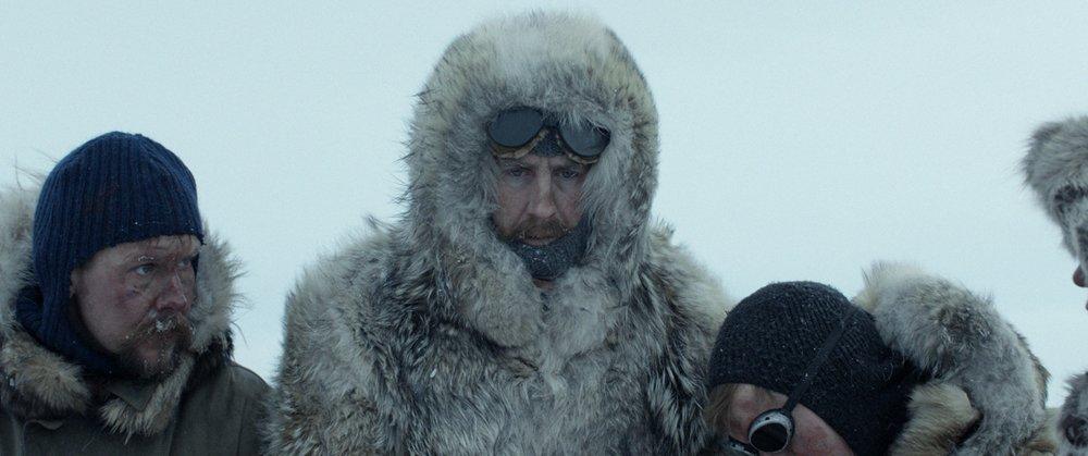 Roald Amundsen (Pål Sverre Hagen) på vei til Sydpolen. Til venstre Oscar Wisting (Glenn André Kaada). (Foto: Motion Blur / SF Studios).