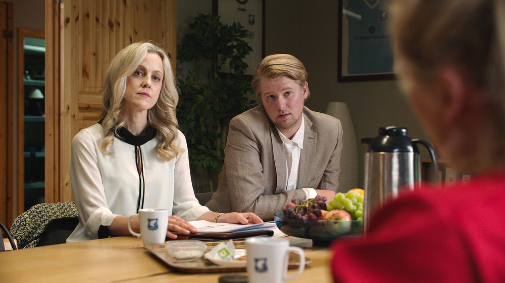 Rikingene Petra (Marian Saastad Ottesen) og Peder Nagelsmidt (Ole Christoffer Ertvaag) vil gjerne kjøpe Varg IL.