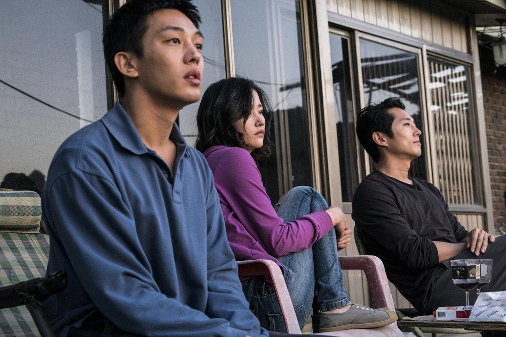 Trekantdrama: Fra venstre bondesønnen Jong-su (Ah-in Yoo), Hae-mi (Jong-seo Jun) og rikingen Ben (Steven Yeun). (Foto: Arthaus)