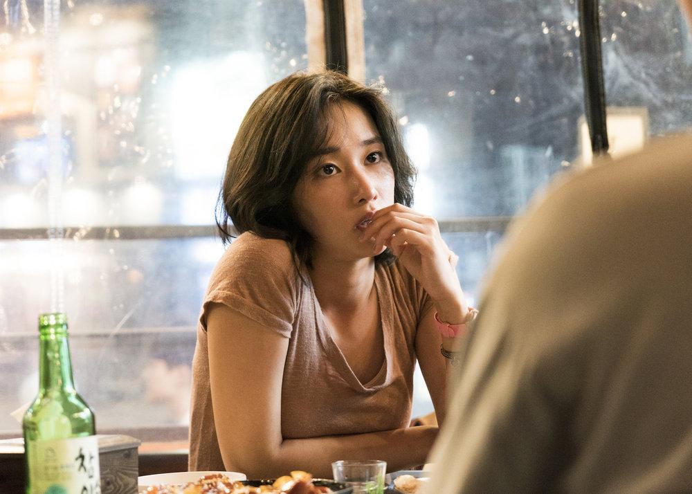 Hae-mi (Jong-seo Jun) leter etter livets mening. Nå har hun akkurat møtt barndomsvennen Jong-su..