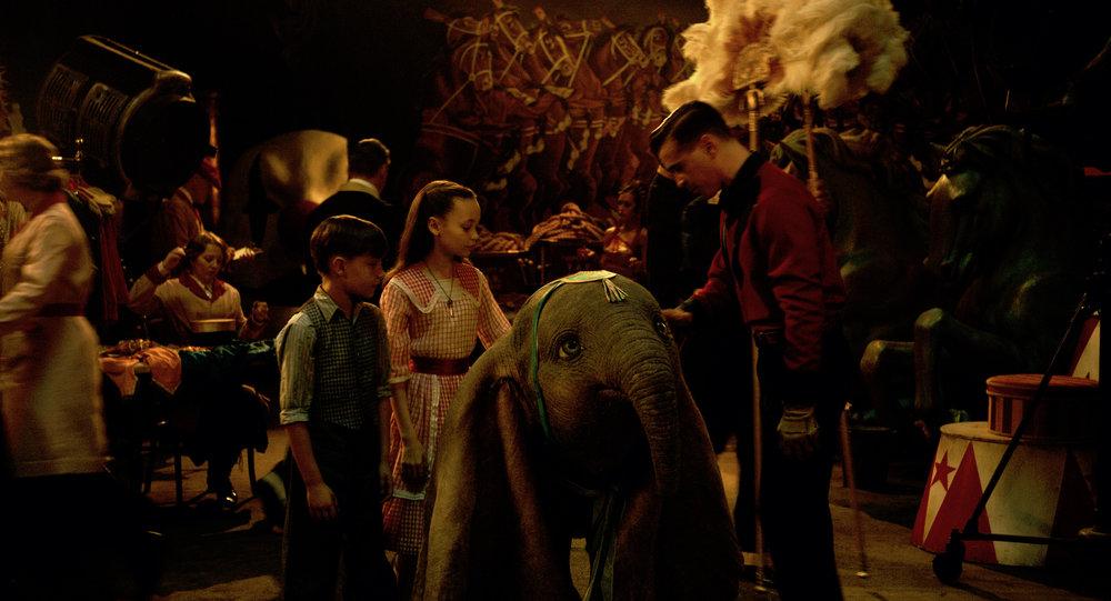 Bildet av Joe; Milly og pappa Holt sammen med Dumbo er like klisjéfylt som personene er pappfiguraktige.